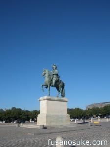 Памятник Людовигу XIV перед входом в Версаль